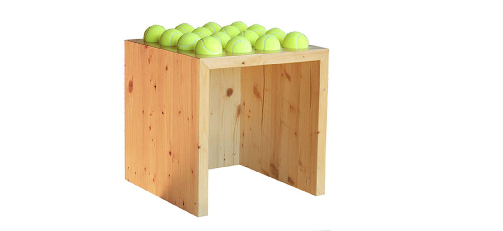 Sgabello in legno e palline da tennis tballs architetto for Studio architettura interni torino